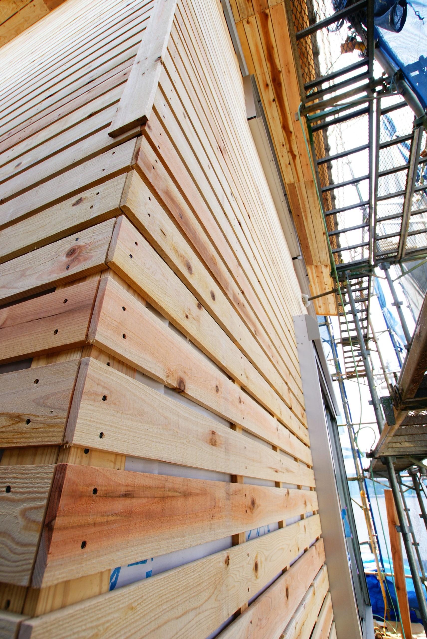 外壁の下地に杉板を貼っています。耐震性UP