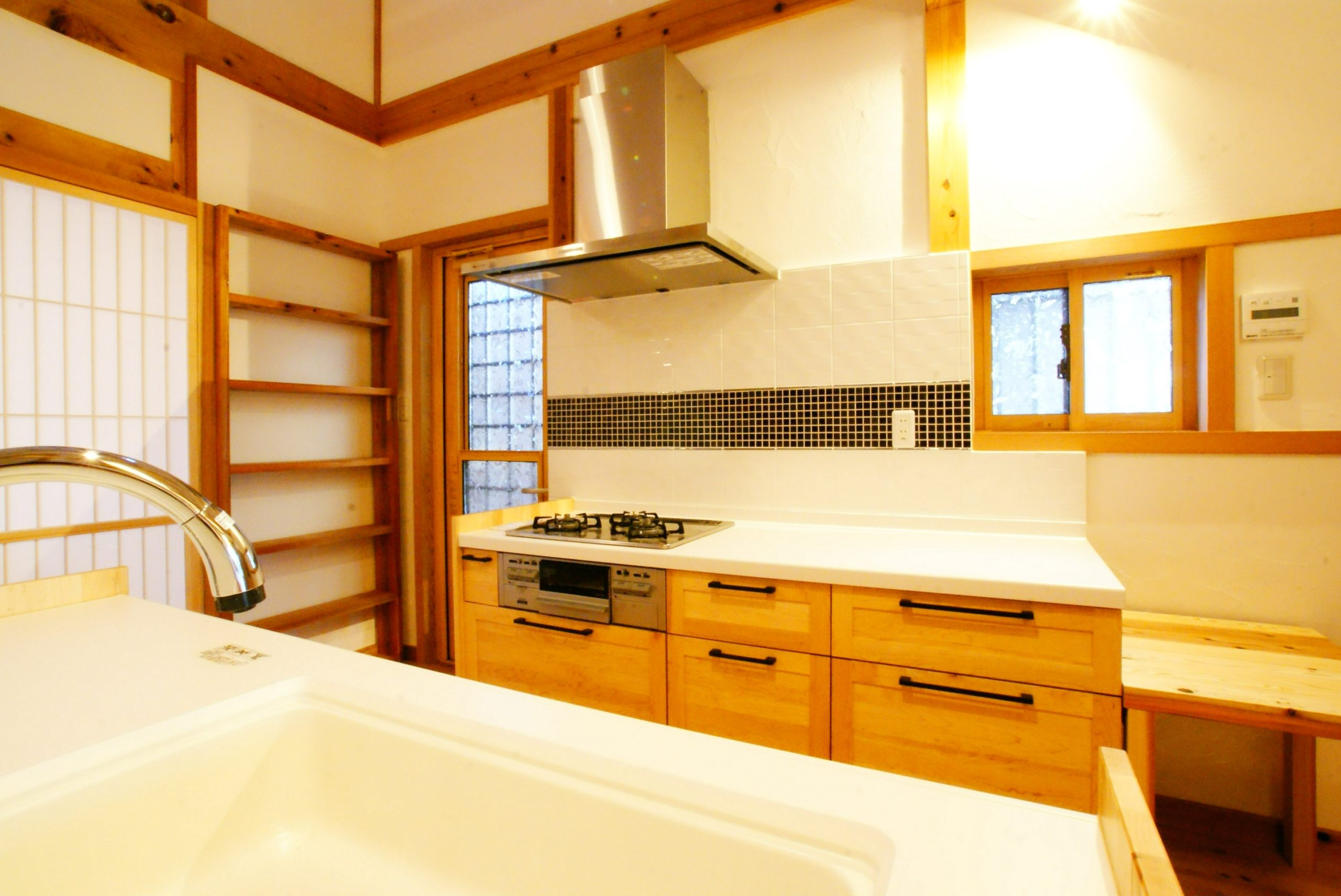 キッチン設置、木目もタイルも良い感じ。