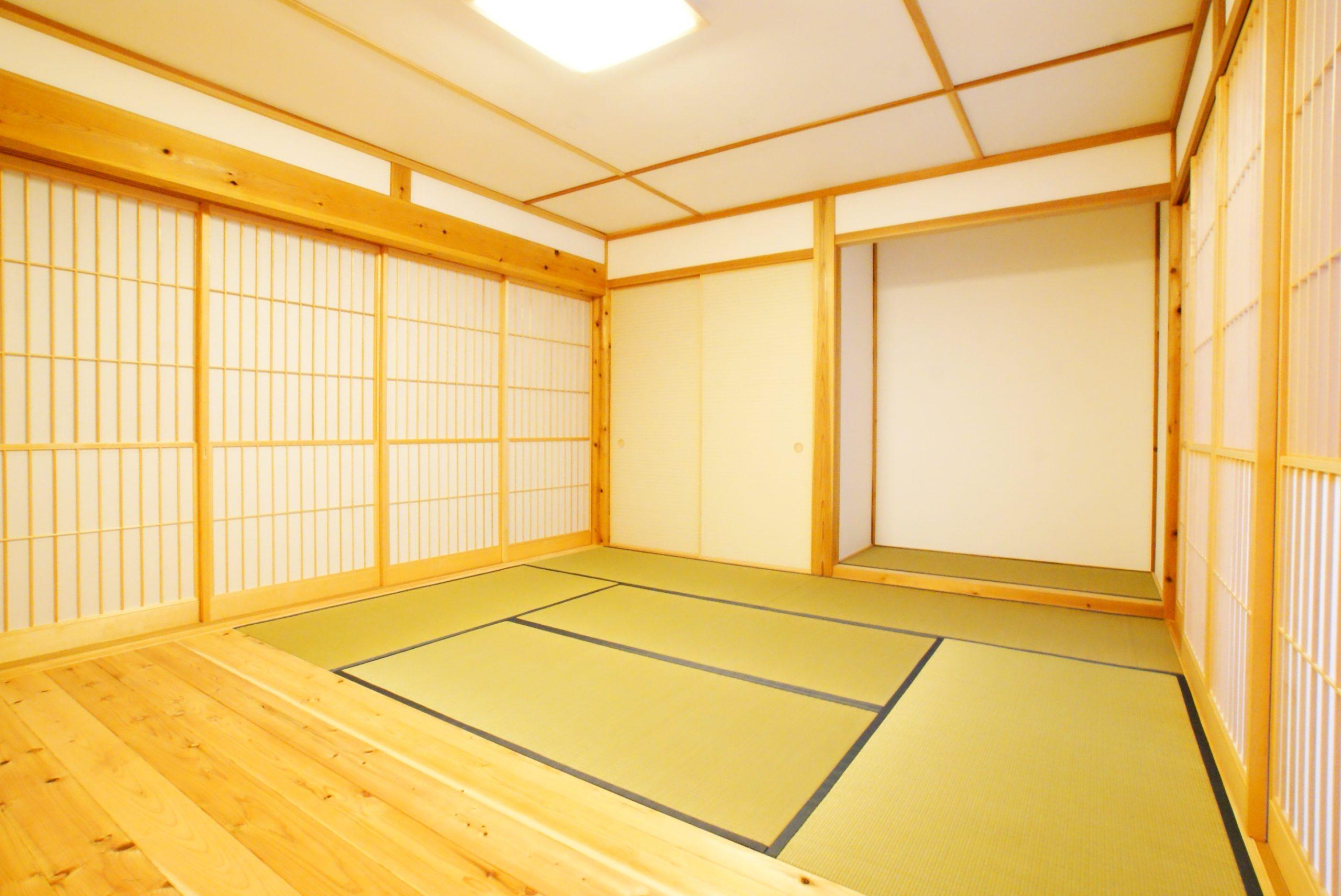 無農薬で育った国産イグサの畳。   明るい和室。