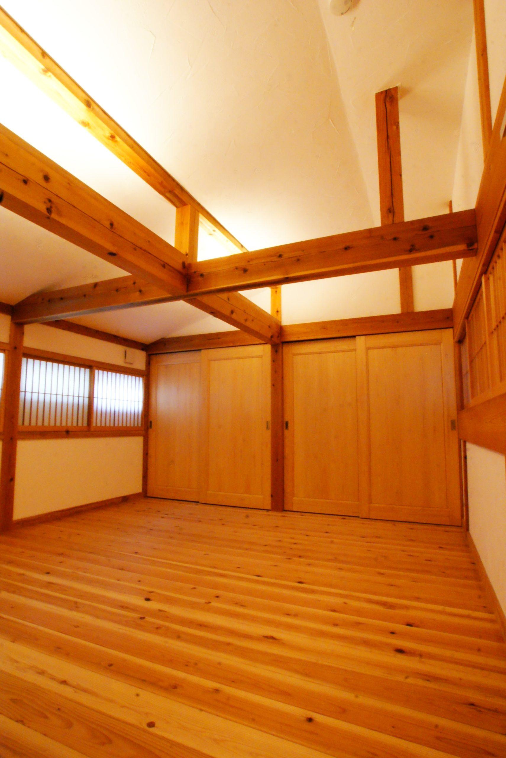 2階部分です。  間接照明で天井を照らします。