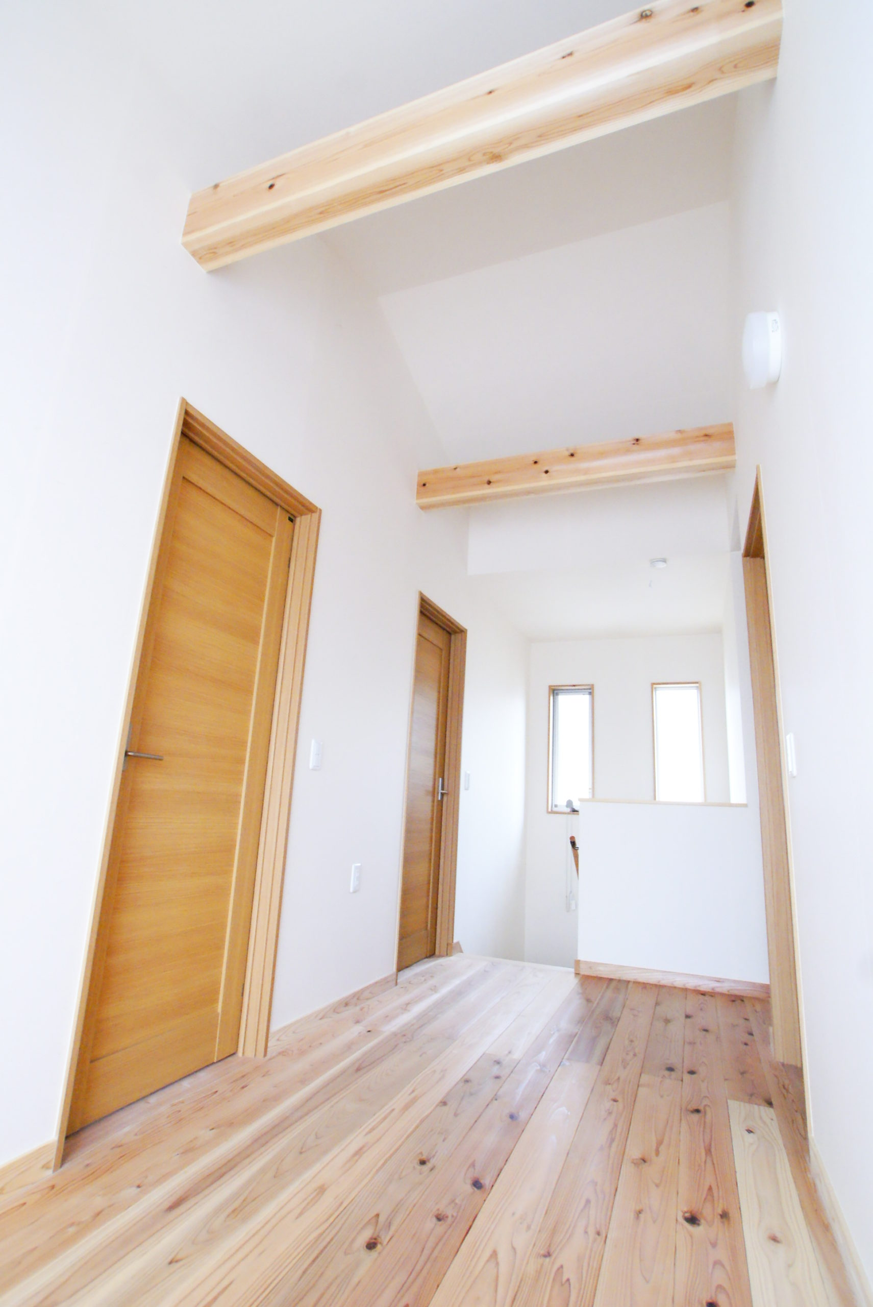 階段を上ると高い天井、明るいホール