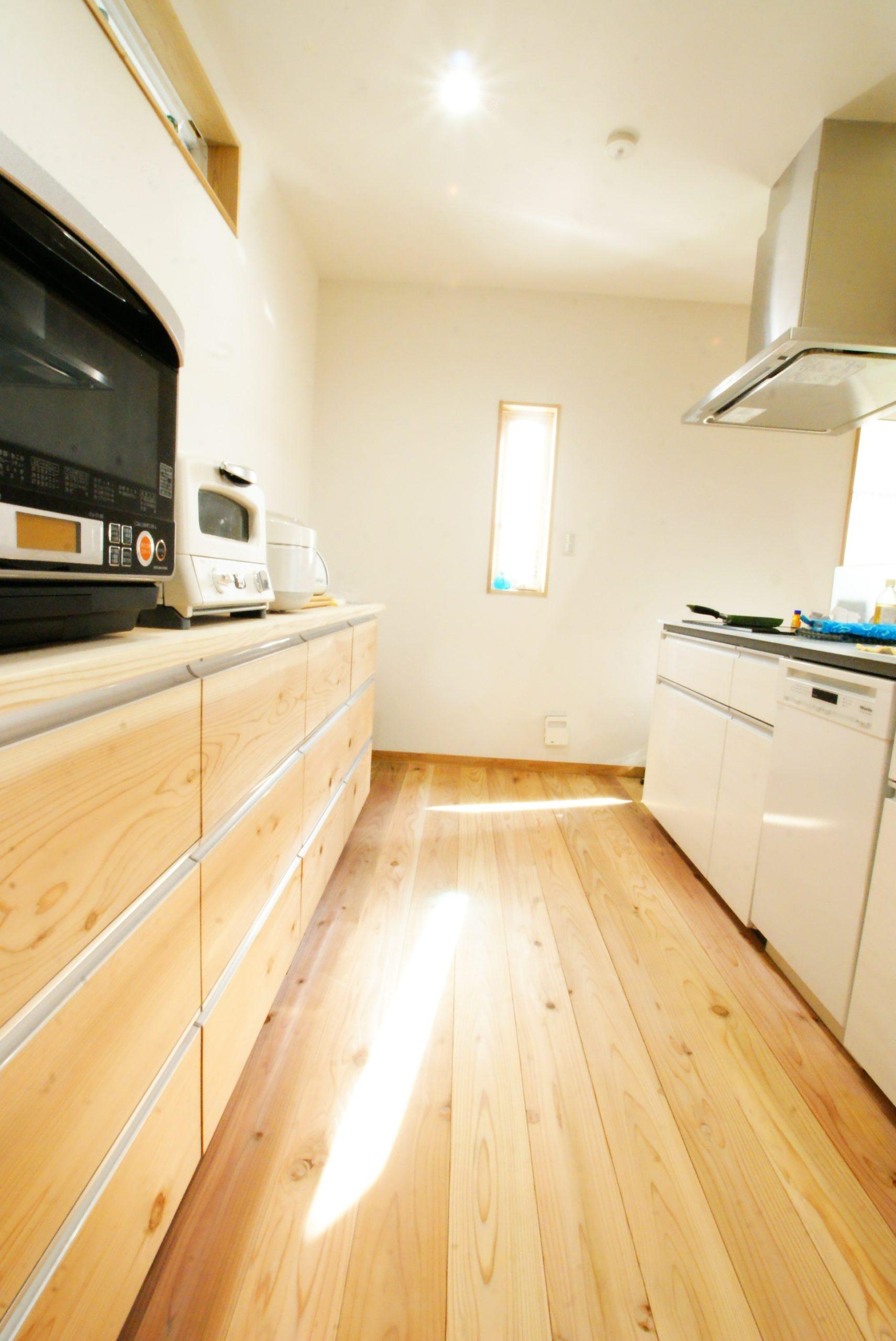 明るいキッチン。家具は木目がキレイな伸建設オリジナル!