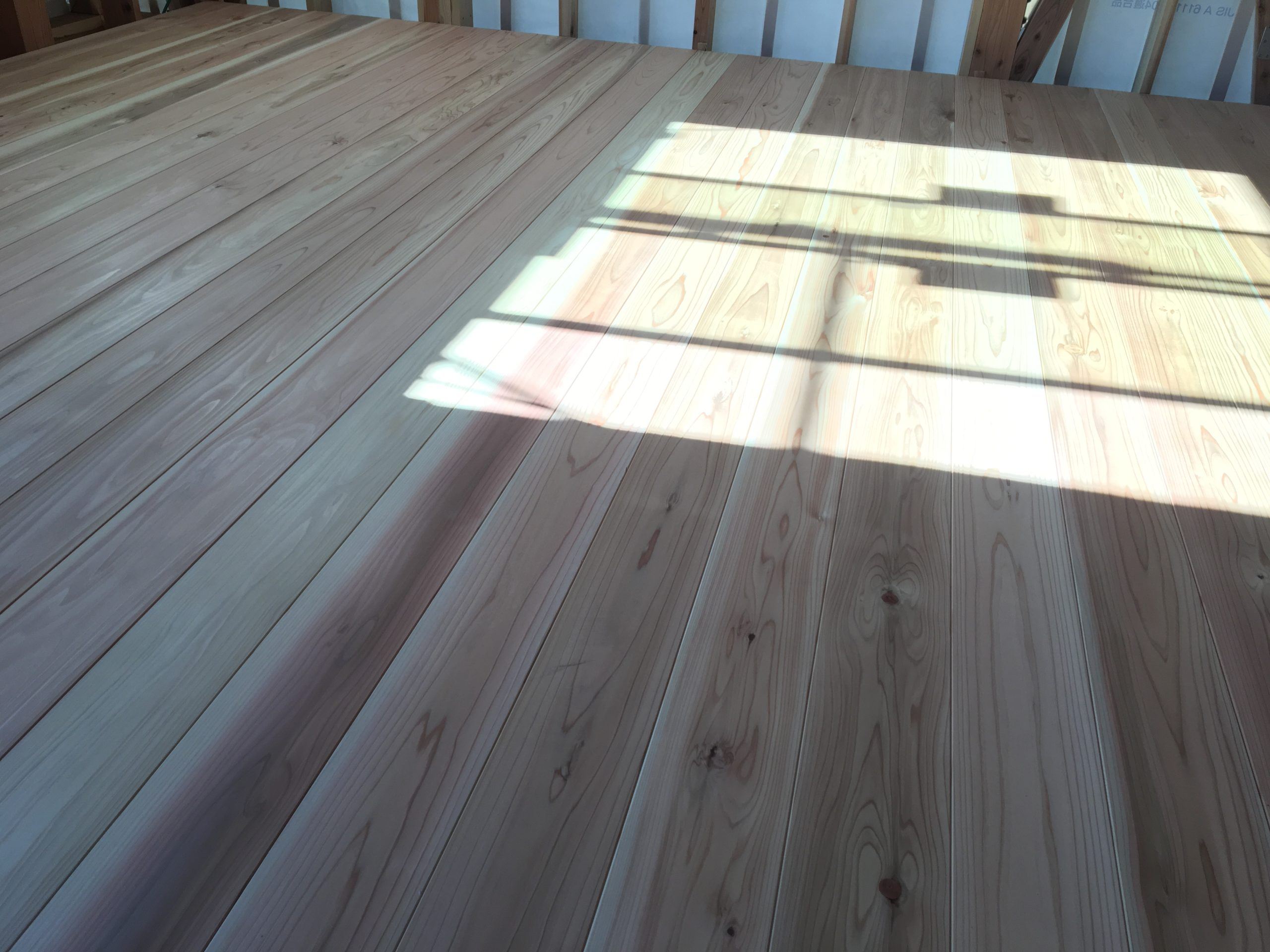 厚み30mmの杉の無垢の床材