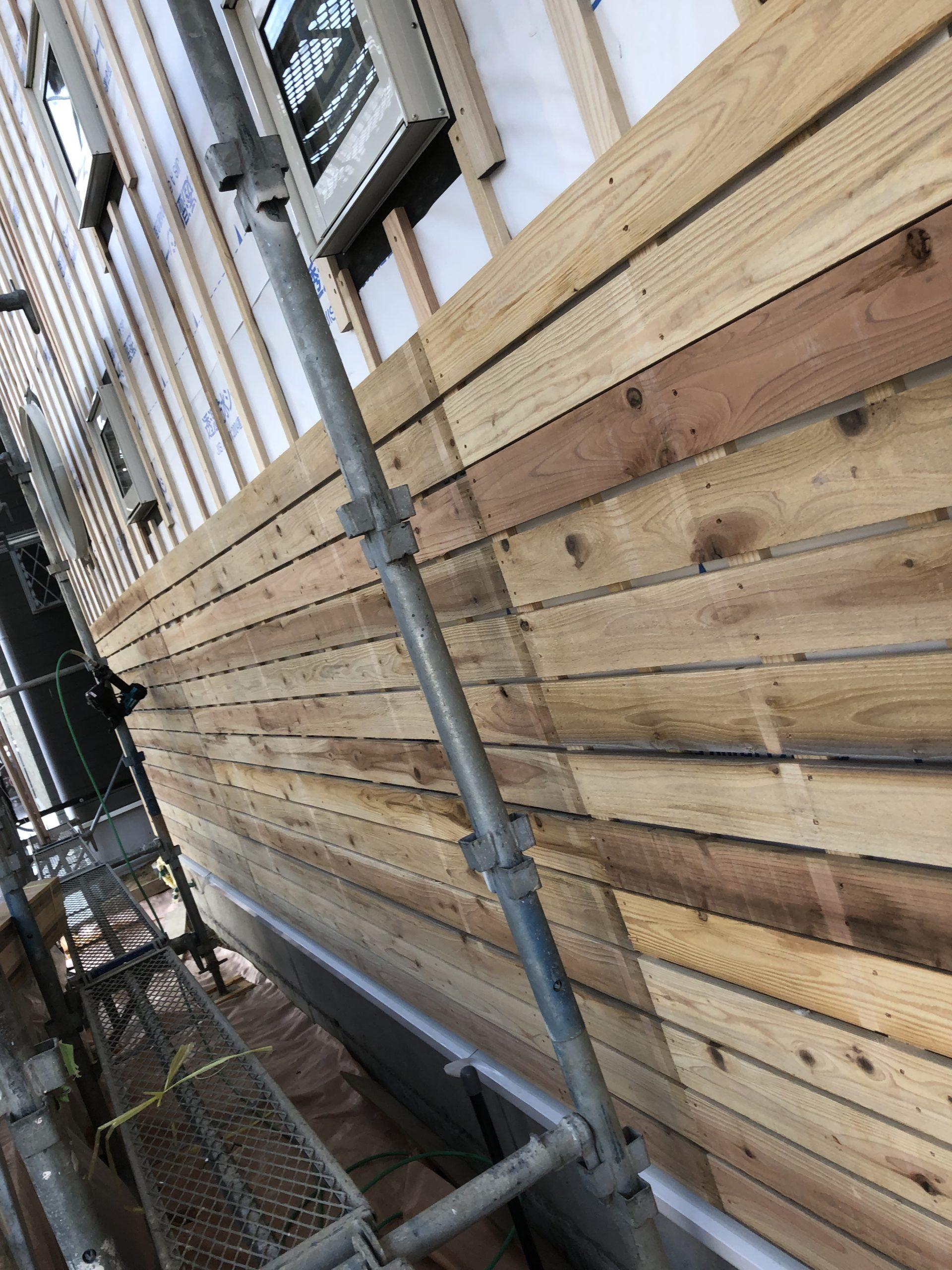 外壁には下地に杉板を、これで耐震強度もアップ!