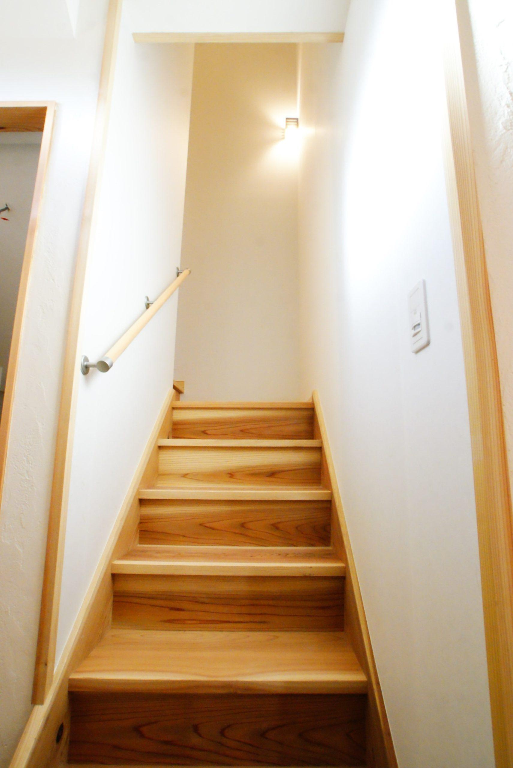 階段材も月齢伐採葉がらし天然乾燥材の杉です。
