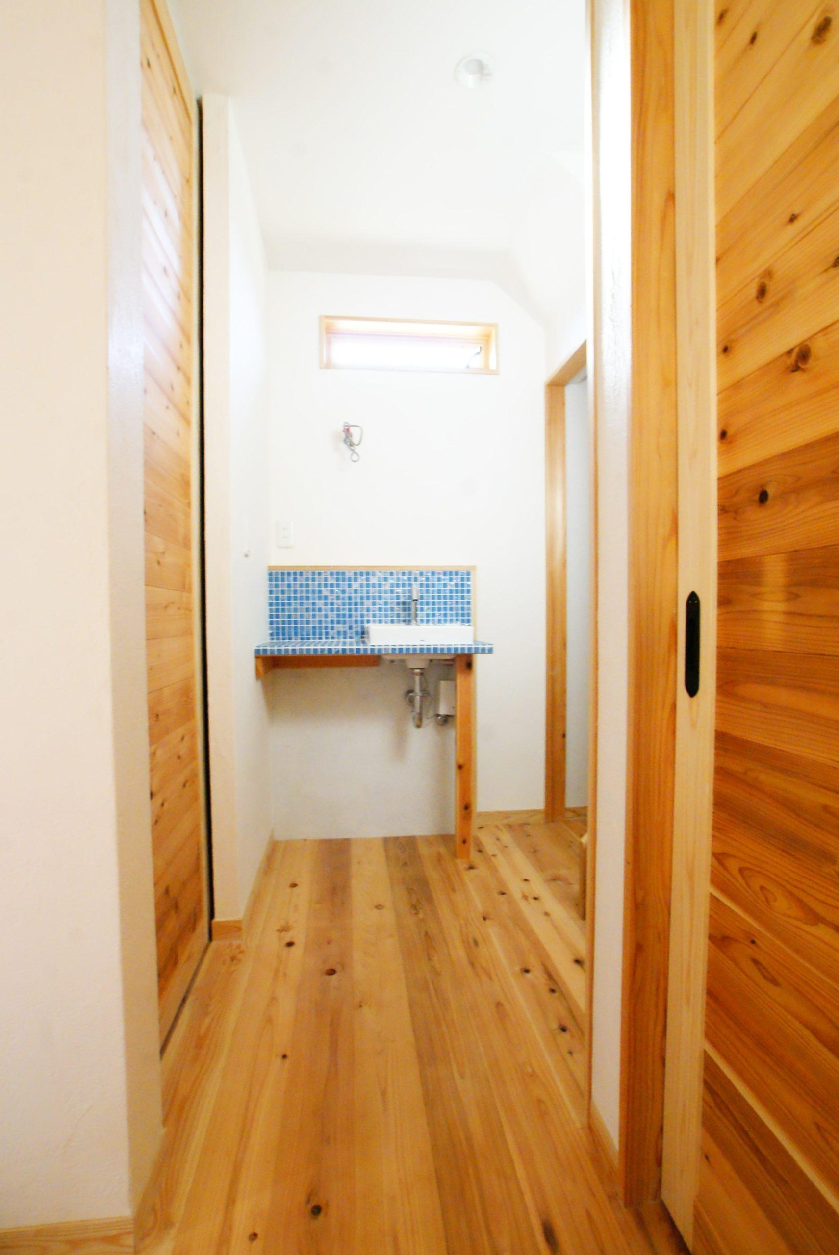 玄関から繋がる廊下に手洗い。       お客様が来た時も便利です。