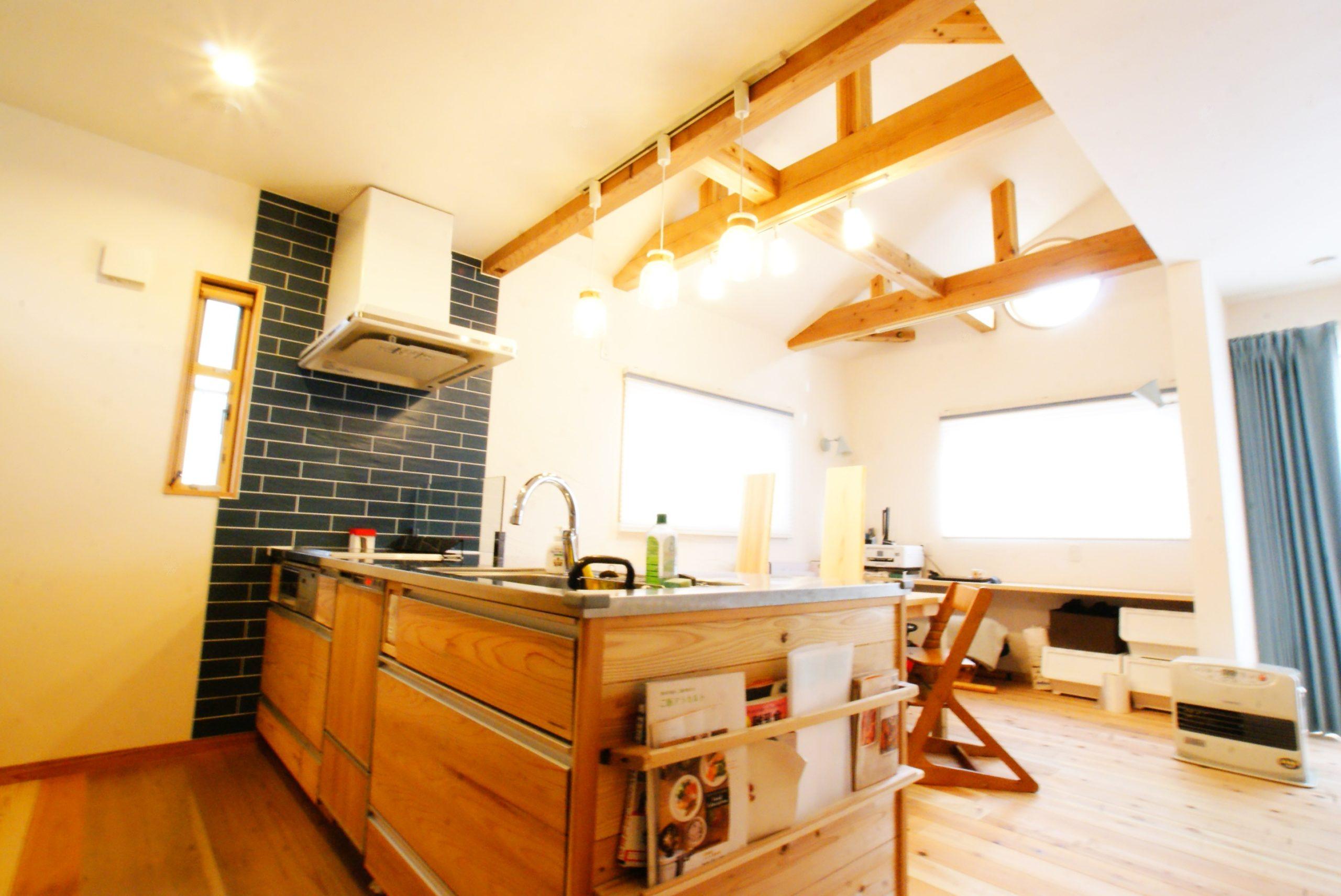 明るいダイニングキッチン、高い天井に丸い窓も良いですね。