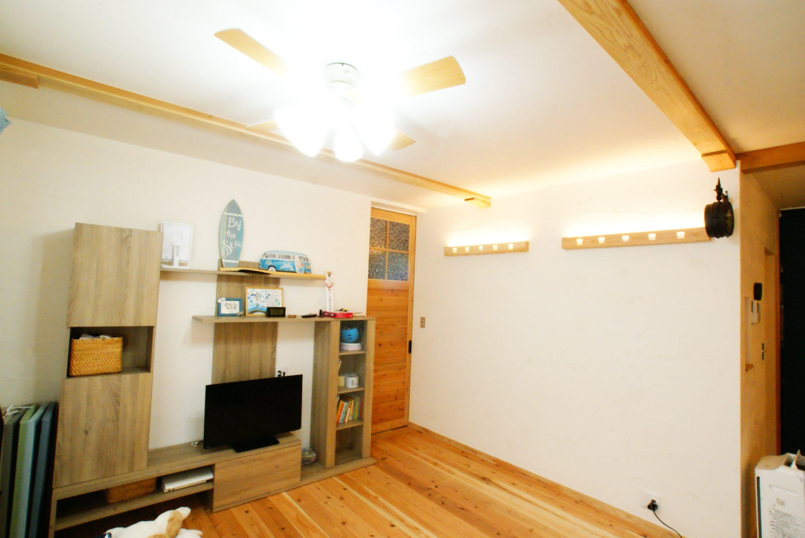 漆喰の白い壁と杉材がよく合います。