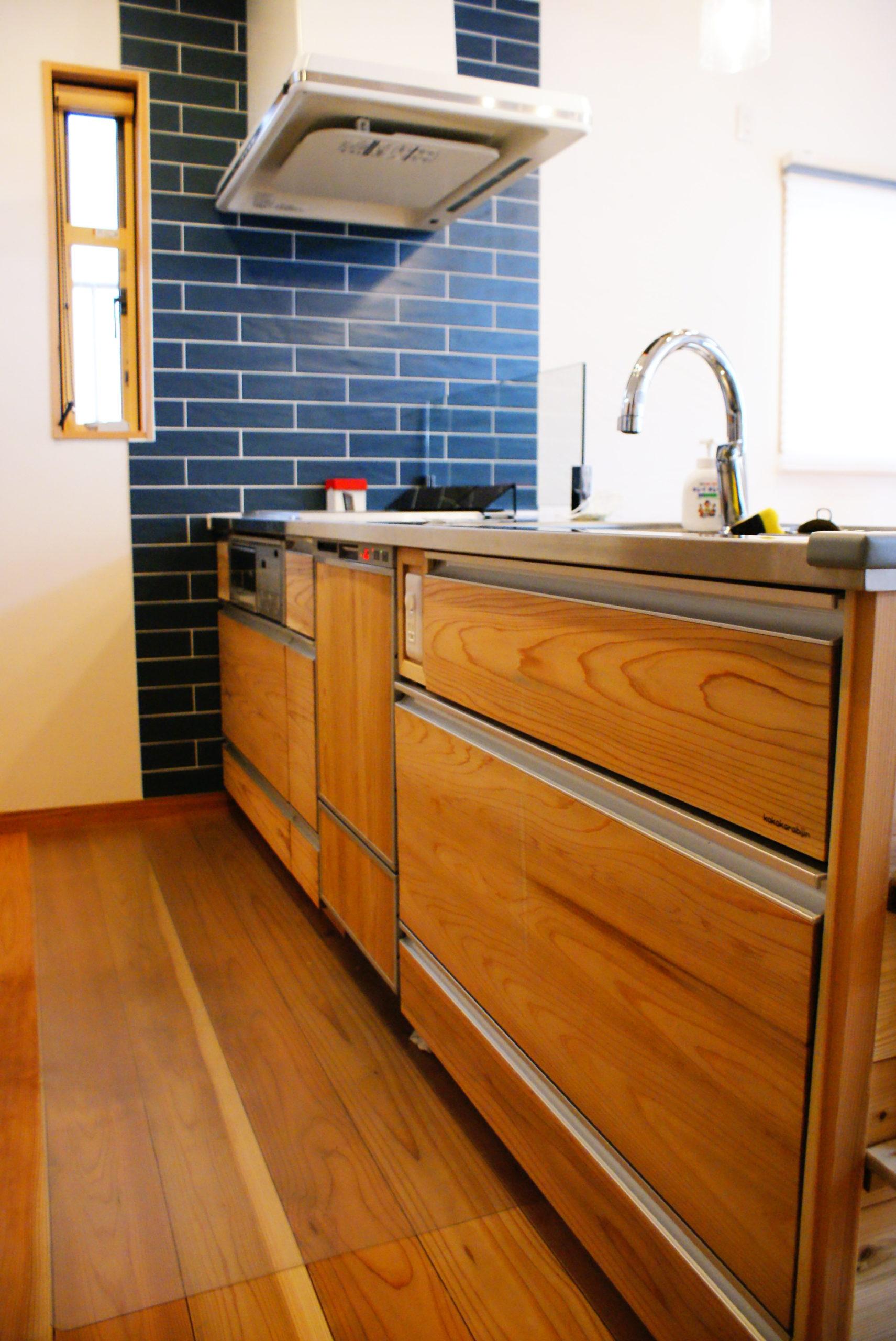 お部屋の雰囲気にぴったりの杉製のオーダーキッチン。壁のタイルも映えてます!