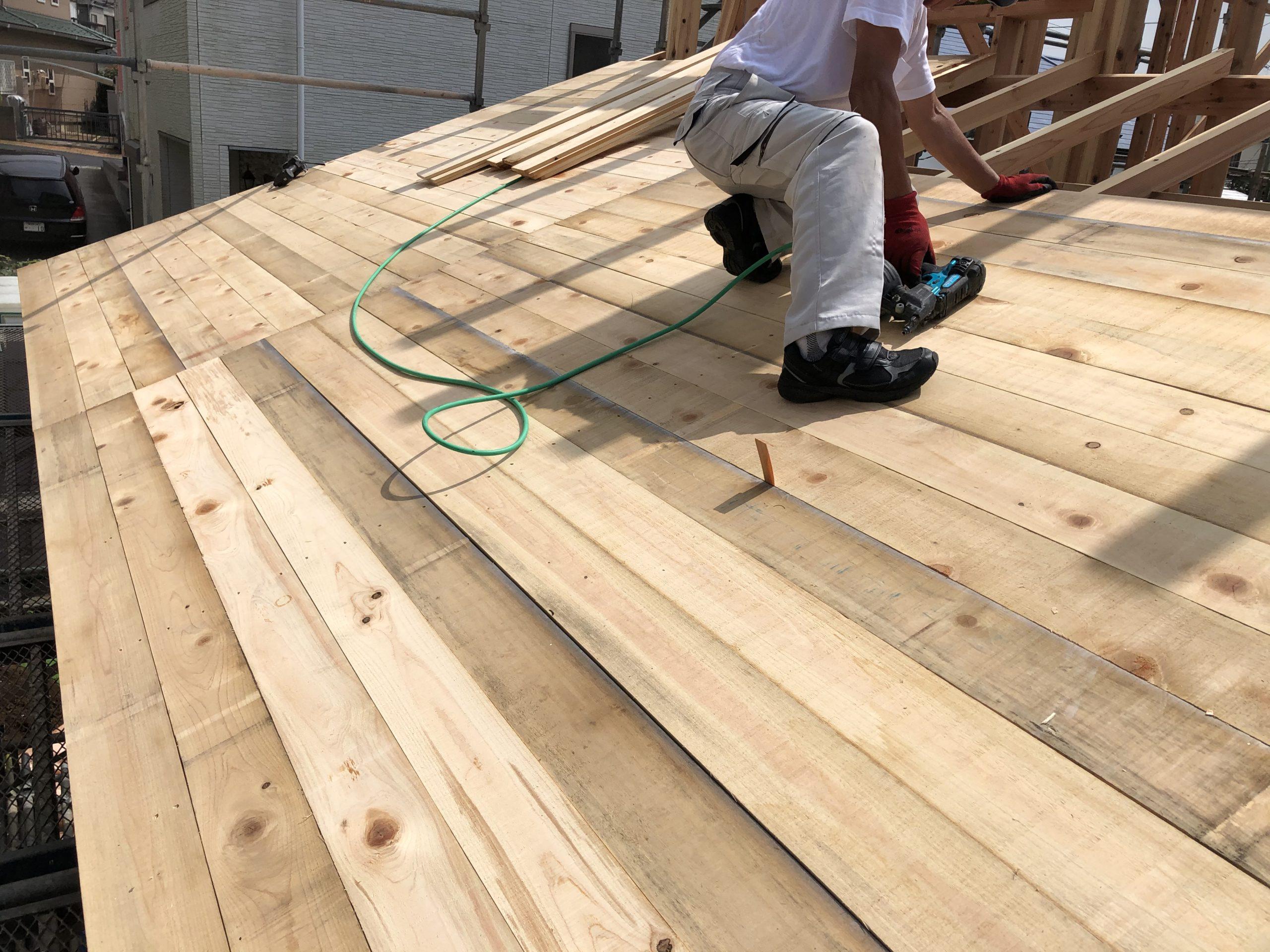屋根の下地も杉板です。張り合わせの板は使いません。