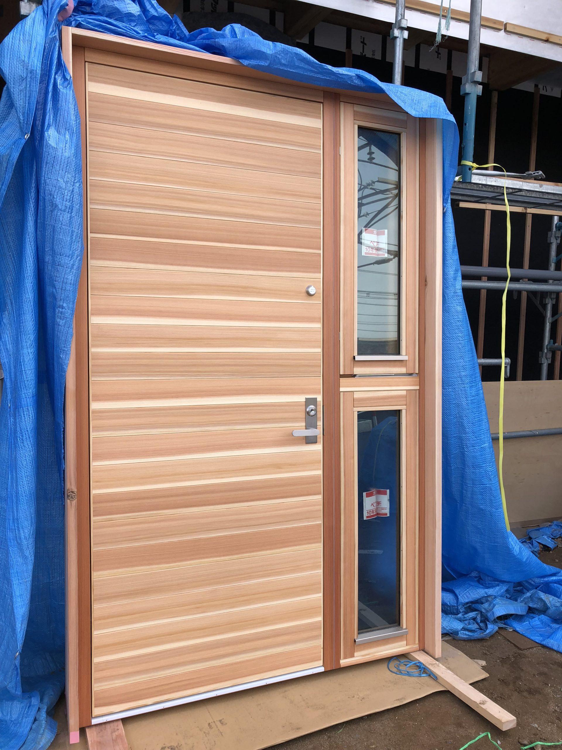 杉の木製玄関ドアです。